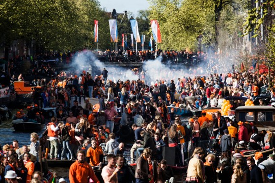Koninginnedag - Den Hollndischen Nationalfeiertag feiern viele Niederlnder in orangefarbener Kleidung auf ausgelassenen Strassenpartys die Nacht hindurch in den Geburtstag von Knigin Beatrix, die in diesem Jahr ihr Amt an ihren Sohn Willem bergibt