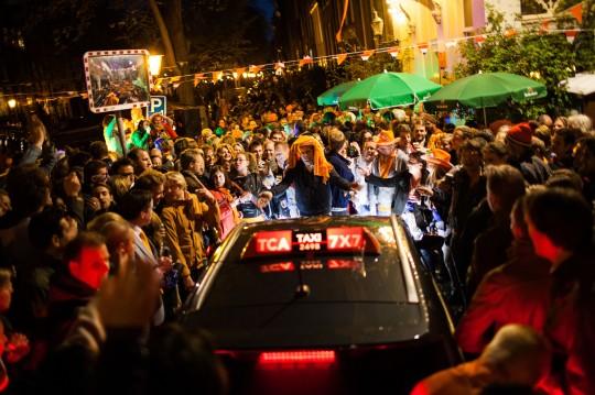 Koninginnedag - Den Holländischen Nationalfeiertag feiern viele Niederländer in orangefarbener Kleidung auf ausgelassenen Strassenpartys die Nacht hindurch in den Geburtstag von Königin Beatrix, die in diesem Jahr ihr Amt an ihren Sohn Willem übergibt